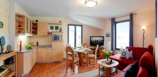 Der helle Wohnraum verfügt über einen kombinierten Wohn-Koch u. Essbereich mit offener komplett eingerichteter Küche (Ceranfeld,Geschirrspüler,Kühlschrank m.Gefrierfach,Mikrowelle,Kaffeemaschine,