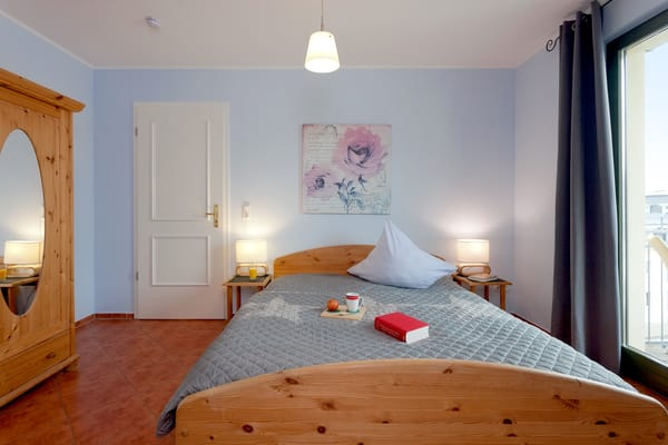 Das freundliche Schlafzimmer lockt für die Nachtruhe, aber auch für ein Schlummerstündchen am Nachmittag - mit einem bequemen Doppelbett (160x200cm - einzelne Matratzen).