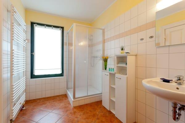 Das Badezimmer en Suite ist mit Dusche,WC, Haarfön ausgestattet. Ein Parkplatz am Haus, gemeinschaftlicher Fahrradabstellraum u. WLAN stehen kostenfrei während Ihres Urlaubes m. zur Verfügung.
