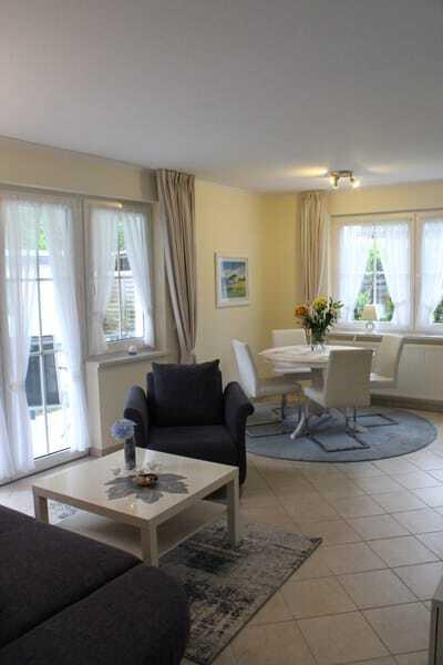 Wohnraum mit gemütlicher Essecke und integrierter Küchenzeile und Zugang zum großzügigen Balkon mit Ausrichtung zur Südseite und Buchenhang der Granitz.