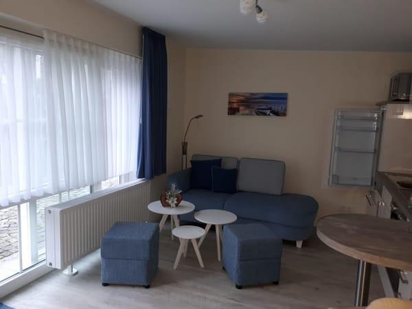 Wohnraum mit Essecke und Küchenzeile
