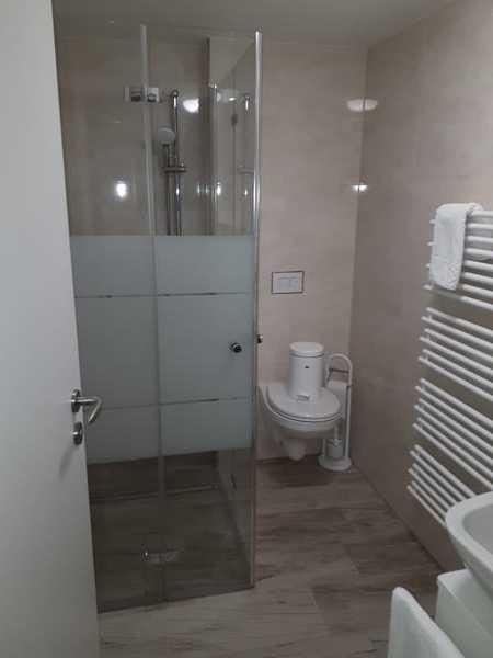 Bad mit ebenerdiger Dusche und WC