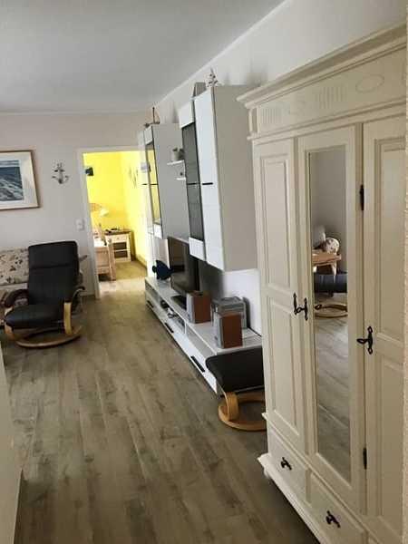 Blick vom Vorflur in den Wohnbereich und das Schlafzimmer