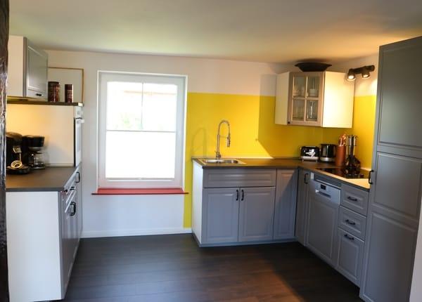 voll ausgestattete Küche mit Spülmaschine und Mikrowelle
