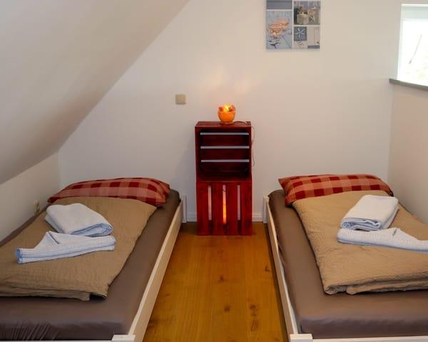 Schlafzimmer mit 2 Einzelbetten im DG