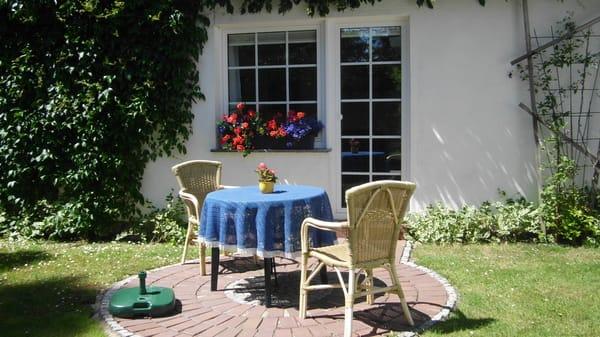den Tag mit einem guten Frühstück auf der sonnigen Terrasse beginnen