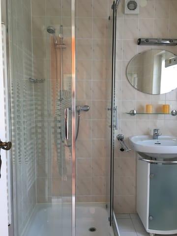 Bad mit Dusche, Waschplatz und WC