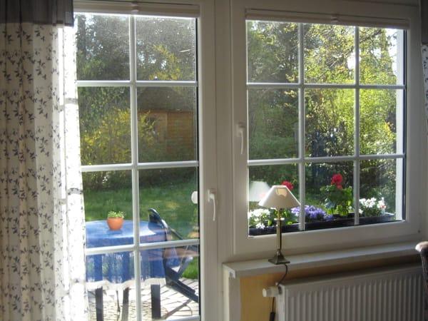 vom Wohnraum zur Terrasse und großen Garten