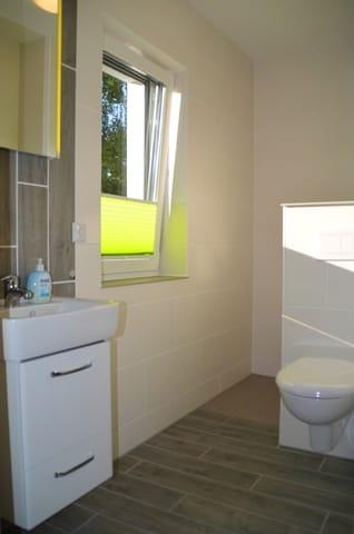 Bad mit WC und Dusche.