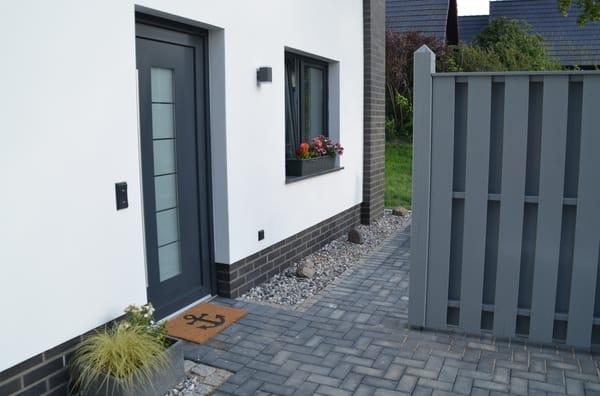 Den PKW kann man direkt vor der Terrasse (der Sichtschutzwand) parken.