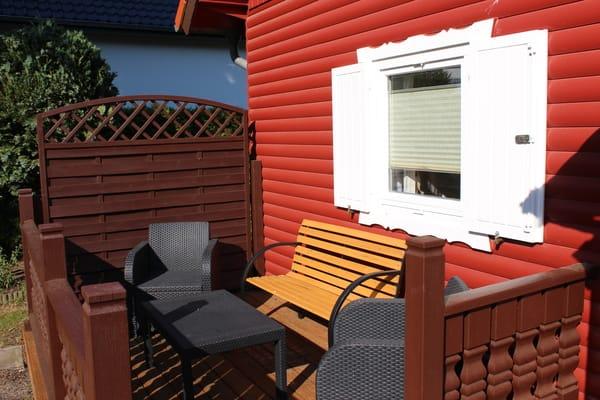 Terrasse, Sitzauflagen und Schirm befinden sich im Gerätehaus.