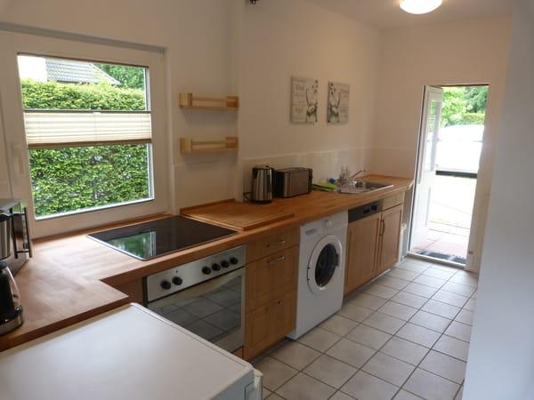 In die Küche integriert ist eine Waschmaschine.