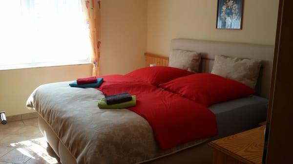 Schlafzimmer inkl. Bettwäsche und Handtücher