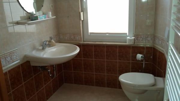 Tageslichtbad mit barrierefreier Dusche und Waschmaschine
