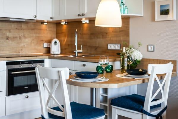 Küche mit Siemens-Markengeräten und geschmackvoll ausgewähltem Geschirr in ausreichender Anzahl.