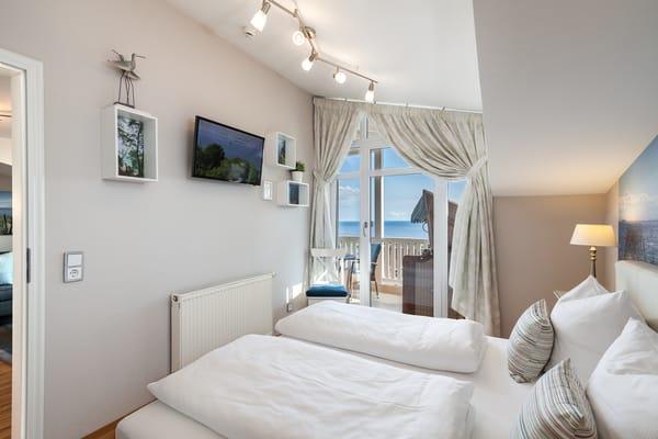 Leder-Doppelbett mit antiallergenen Überzügen auf Matratzen und Toppern, Verdunklungsvorhänge schützen vor Licht und Wärme, zusätzliches TV-Gerät