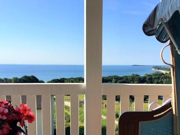 Das Highlight eines jeden Urlaubstages: Frühstück in der warmen Morgensonne mit Panoramablick  über das Meer und die gesamte Halbinsel Mönchgut!