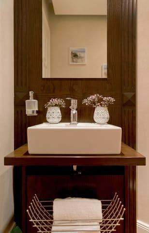 Ein Gäste-WC komplettiert den erstklassigen Urlaubskomfort und ist vom Flur des Appartements begehbar.