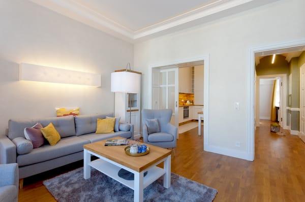 Eine bequeme Couchgarnitur und ein Flat-TV runden den Komfort perfekt ab.