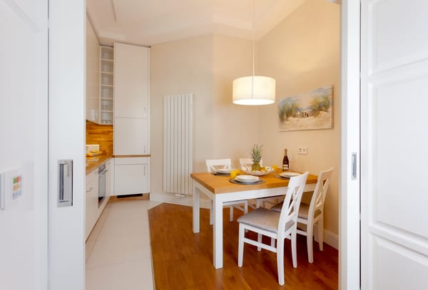 Die vollausgestattete Küche ergänzt die Annehmlichkeiten dieses neuen Appartements mit allen Raffinessen.