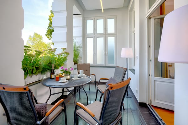 Vom Wohn- und Essbereich haben Sie Zugang zum sonnigen Süd-West-Balkon – lauschen Sie dem Rauschen der Ostsee...