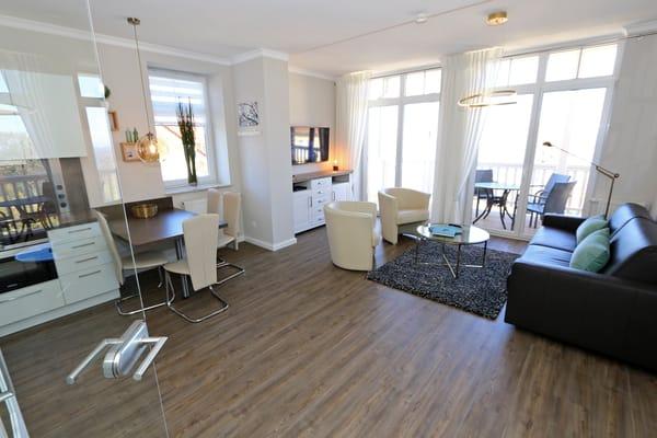 Von der Ganzglastüre im Wohnzimmer empfängt sie der großzügiger Wohnraum mit grandiosem Meerblick.