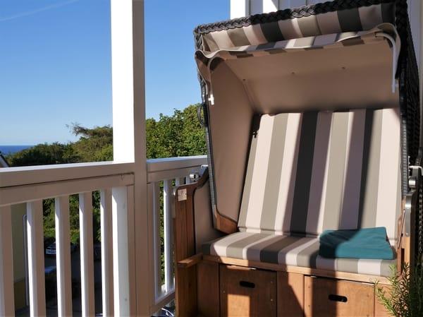 Ein original Heringsdorfer Strandkorb schützt vor Wind und kühlen Temperaturen