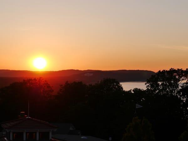 Verfolgen Sie in den Sommermonaten einen traumhaften Sonnenuntergang über der Granitz von unserem Strandkorb aus.