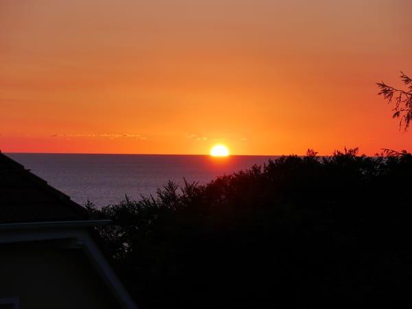 Herrlicher Sonnenaufgang über dem Meer von unserem Balkon.