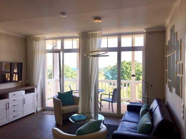 Die große, raumhohe Fensterfront im Wohn- und Schlafzimmer bietet einen besonders malerischen Ausblick.