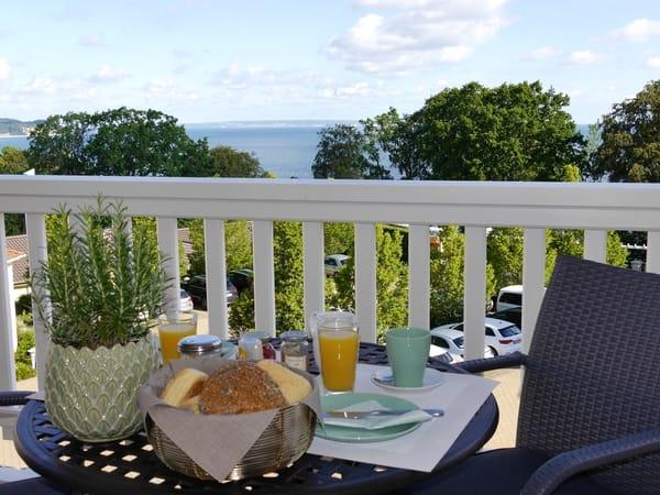 Frühstück auf dem Balkon mit grandiosem Meerblick! Brötchenservice auf Wunsch.