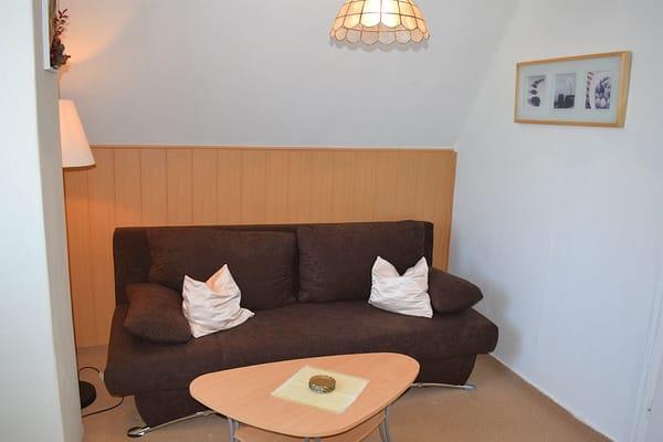 Couch im Wohnzimmer mit Leselampe
