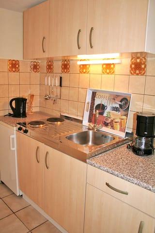 Küche mit 2-Plattenherd, Küchlschrank, Kaffeemaschine & Co