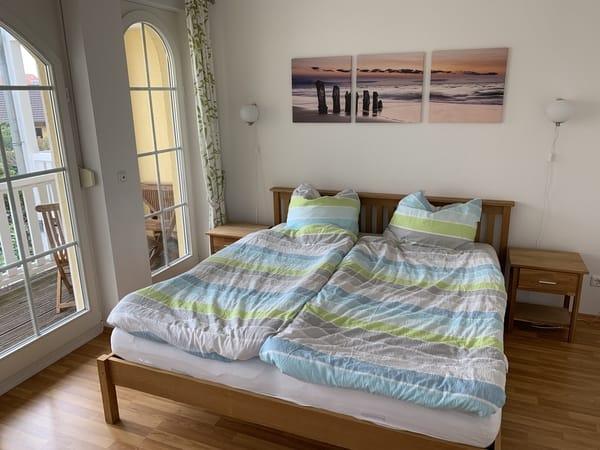 Schlafzimmer mit Zugang zum Balkon