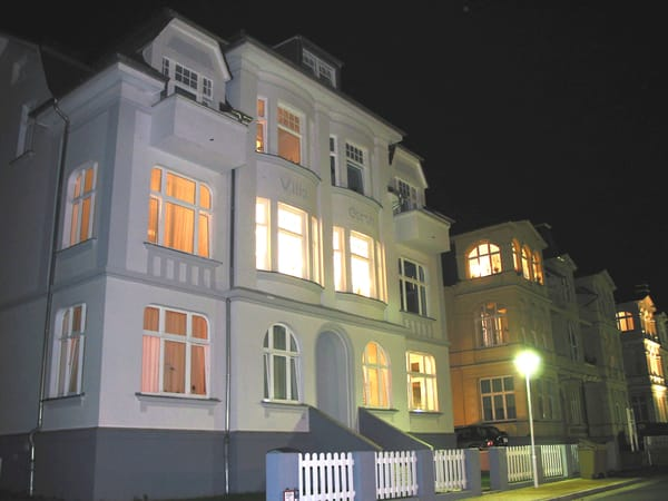 Bergstraße mit Villa Carola bei Nacht