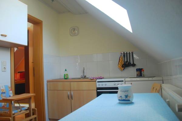 Küche, mit Schräge rechts und Velux-Fenster.