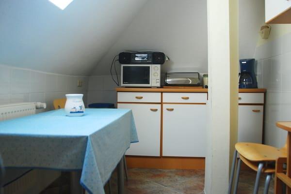 Küche gegenüberliegend mit Schräge links und Velux-Fenster.