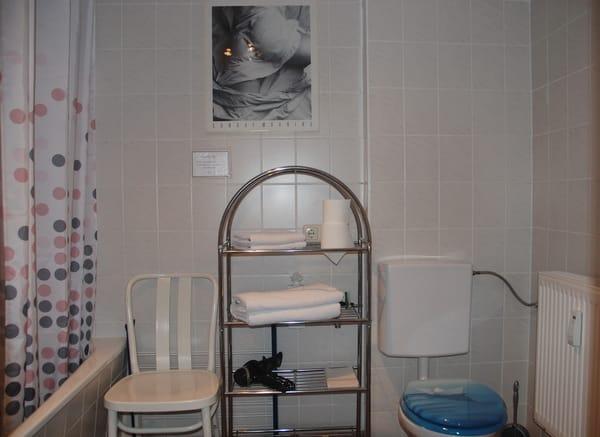 Bad mit Wanne/Dusche und WC.