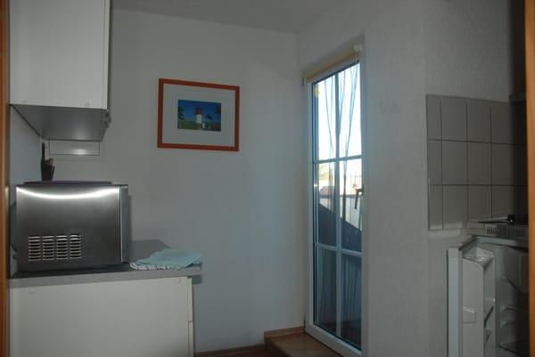 Pentry mit Abluft rechts, Balkon - rechts, links Mikrowelle, Kaffemaschine, etc.
