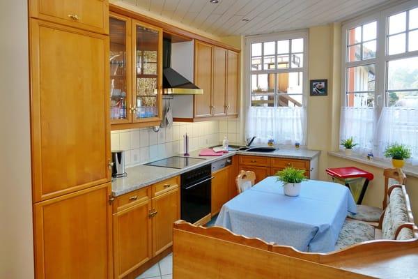 Küchenzeile mit Essecke, vorne am Eingang.