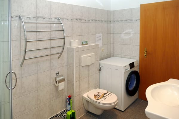Badezimmer + Abstellraum über Flur von Wohn- und Schlafzimmer zu erreichen.