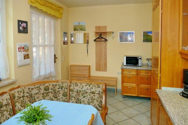 Küche, Essecke, Eingang rechts, Wohnzimmer links.