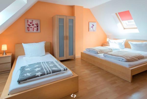 Schlafzimmer mit Doppel und Einzelbett
