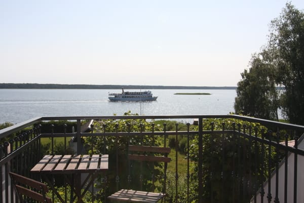 Blick von der Terrasse und aus dem Wohnzimmer