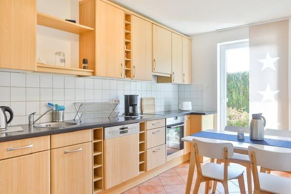 Separate Küche mit Essbereich und Terrasse