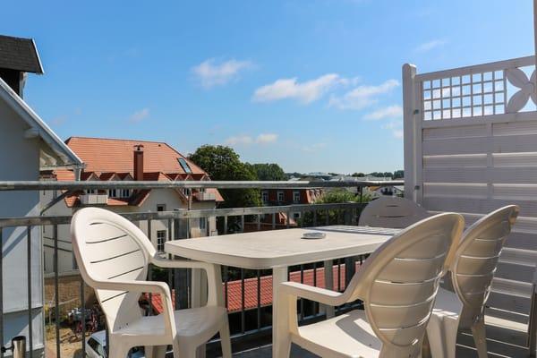 Balkon mit seitlichem Seeblick