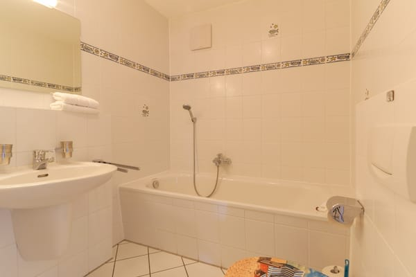 Bad 2 mit Badewanne und WC