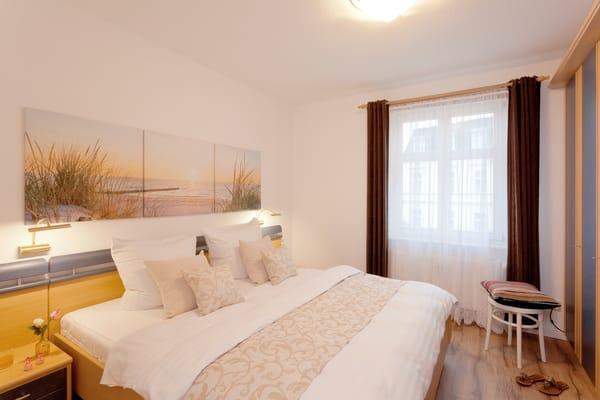 Im Schlafzimmer wartet ein komfortables Doppelbett (180x200 cm / mit zwei ausgewählten getrennten Matratzen) und ein Flat-TV auf Sie. Gern können Sie unseren Service nutzen ...