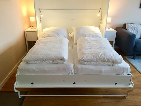 Komfortables Doppelbett 160 x 200 cm mit Latexmatratzen, Matratzenschonern und flexiblen Lattenrosten