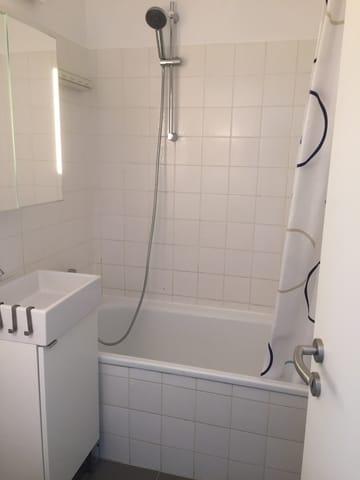 Bad mit Badewanne, Duschmöglichkeit ...